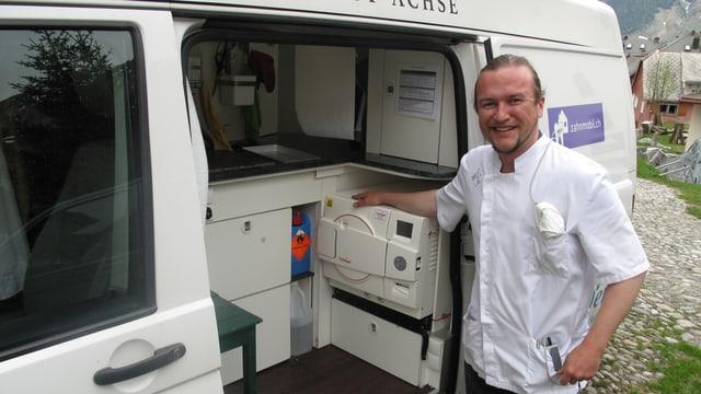 Michael Keller vor seiner mobilen Sterilisationsanlage an der Seitentür seines VW-Busses.
