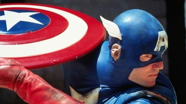 Filmausschnitt aus der 90er-Jahre-Adaption von Captain America: Der Titelheld holt zum Wurf aus.