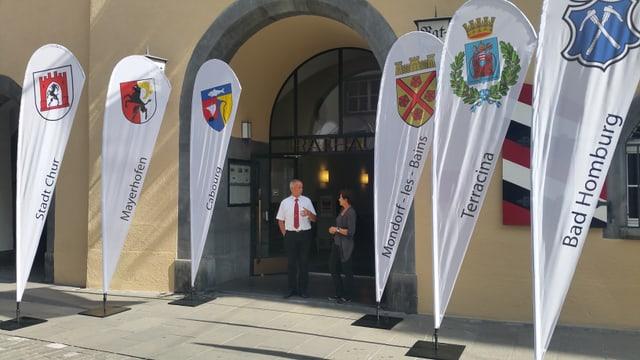 6 bandieras a l'entrada da la chasa communala da Cuira