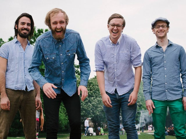Vier Jungs am Lachen im Park