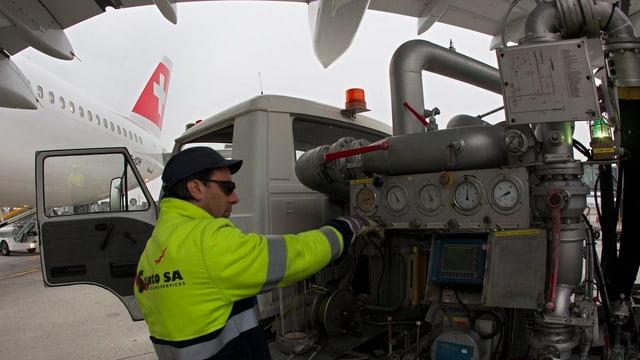 Ein Arbeiter bei der Tankfüllung eines Swiss Airbus A321-111.