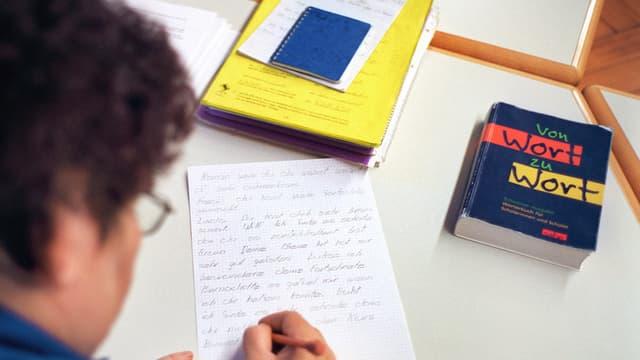 Eine Frau schreibt einen Brief.