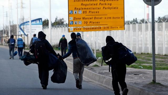 Flüchtlinge aus dem «Dschungel von Calais» verlassen das Camp (15. Januar).