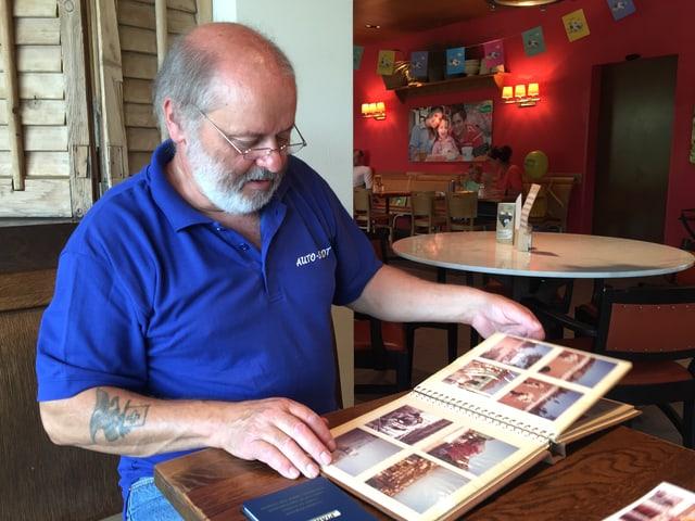 Toni mit Fotoalbum