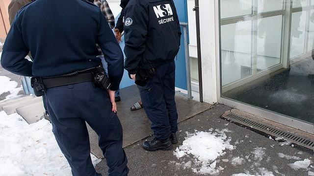Sicherheitskontrolle im Asylzentrum in Boudry/NE.