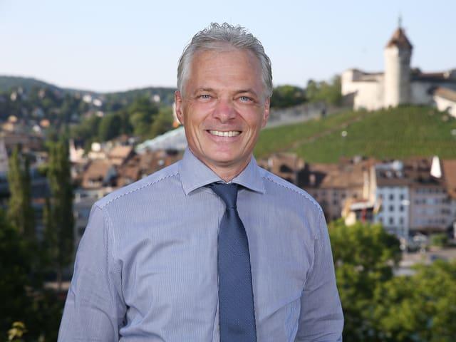 Thomas Minder vor der Kulisse der Stadt Schaffhausen.