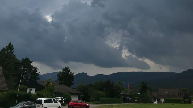 Dicke Gewitterwolken am frühen Sonntagnachmittag über dem Laufental.