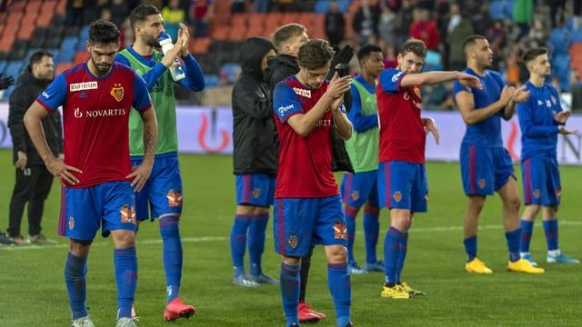 Enttäuschte FCB-Spieler klatschen vor der Fan-Tribüne.