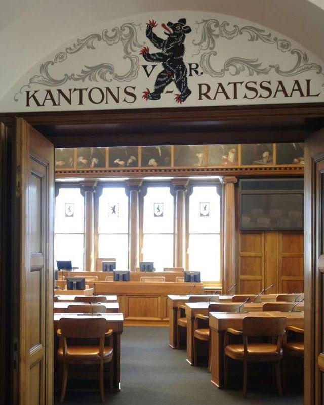 Eingang zum Kantonsratssaal in Herisau lässt Blick auf Holzstühle frei