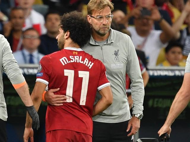 Jürgen klopp tröstet Mohamed Salah.