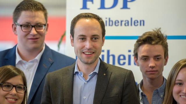 Der Nationalrat Christian Wasserfallen umringt von jungen FDP-Anhängern an der Delegiertenversammlung 2016.