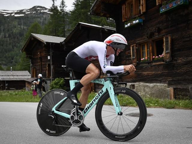 Fabian Lienhard pedalt auf seinem Zeitfahr-Velo.