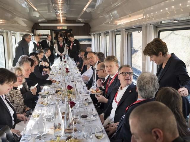 Im Sonderzug fährt Viola Amherd mit geladenen Gästen von Bern ins Wallis.