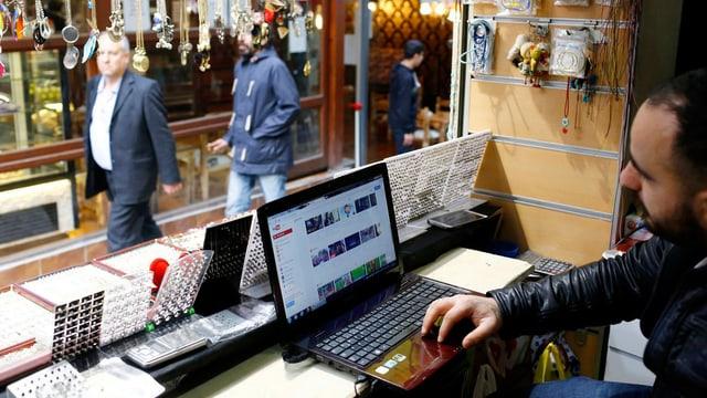 Ein Mann guckt auf das Videopartal Yuotube.