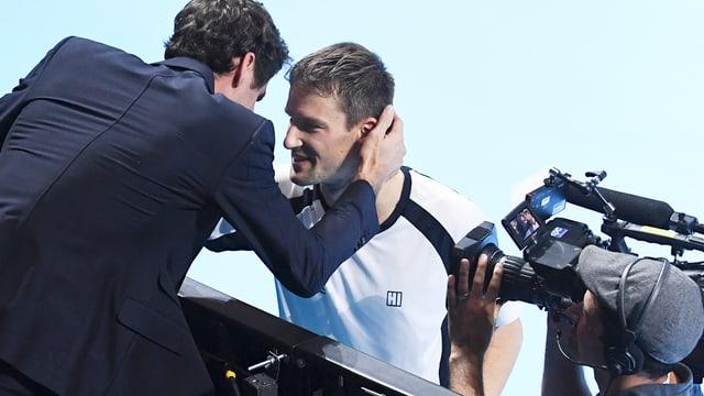 Roger Federer gratuliert Marco Chiudinelli. Dabbei werden sie gefilmt.