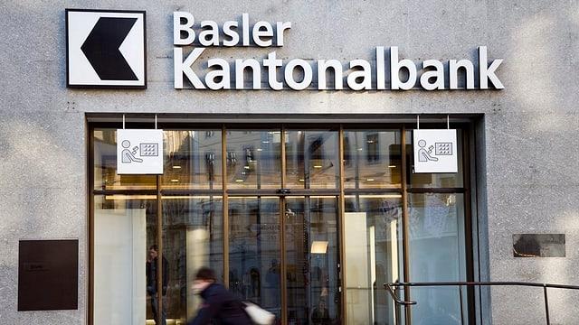 Blick auf Eingang der Basler Kantonalbank