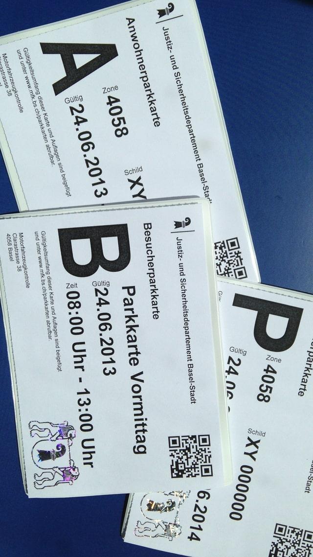 Die drei verschiedenen Parkkarten, die in Basel neu gelten, vor neutralem blauem Hintergrund.