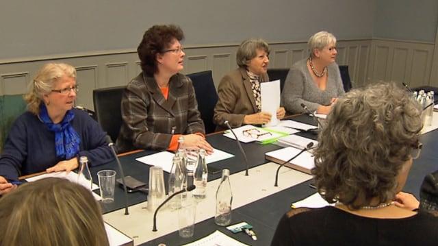 Mehrere Frauen sitzen bei einem Podium vor Mikrofonen, im Vordergrund Babette Sigg von der CVP Frauenpartei