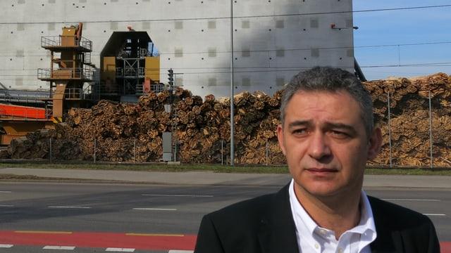 Mauro Capozzo, CEO der Menznauer Firma Kronospan, auf dem Firmengelände.