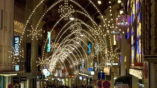 Basler Freie Strasse mit Weihnachtsbeleuchtung