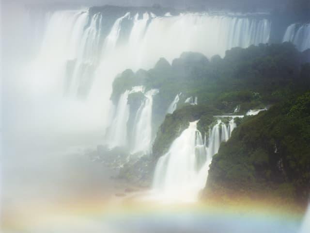 Bild der Niagara-Fälle mit einem Regenbogen im Vordergrund.