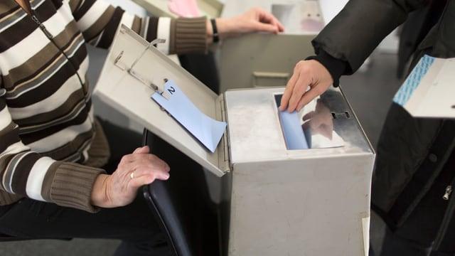 Stimmabgabe in eine Urne