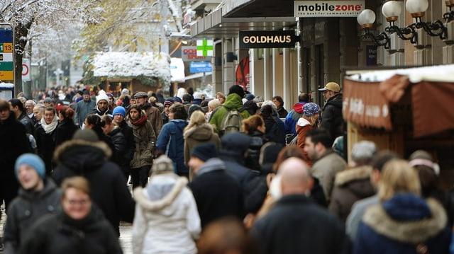 Zürcher Bahnhofstrasse gefüllt mit Menschen