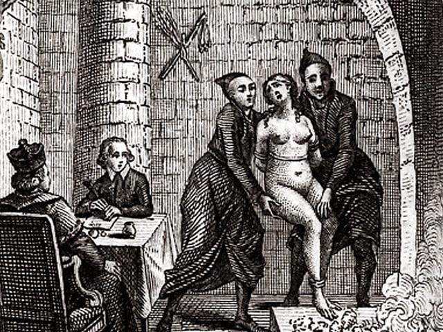 Schwarzweiss-Skizze von zwei Männern, die eine gefesselte nackte Frau ins Feuer stossen-