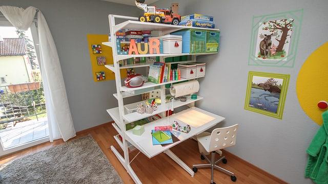 Der neue Schreibtisch bietet für beide Jungs eine eigene Arbeitsfläche.
