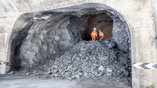 Ils emprims miniers pon traversar il tunnel ora en il liber.