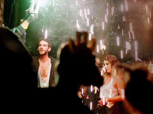 Junge Leute feiern Party mit Feuerwerk.