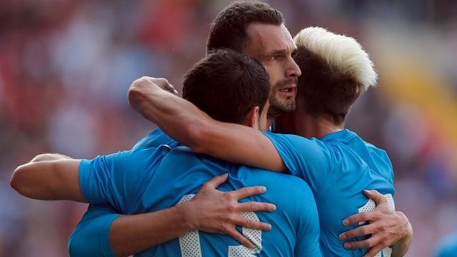 Milivoje Novakovic (Mitte) wird von seinen Teamkollegen beglückwünscht.