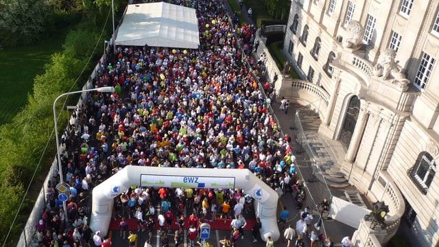 Rennstrecke voller Menschen an einem Zürich Marathon der Vergangenheit