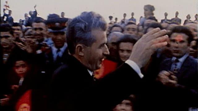 Purtret da Nicolae Ceausescu cun blers aspectaturs.