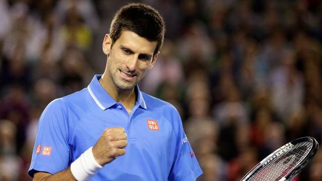 Novak Djokovic ballt nach seinem Sieg gegen Gilles Muller die Fuast.
