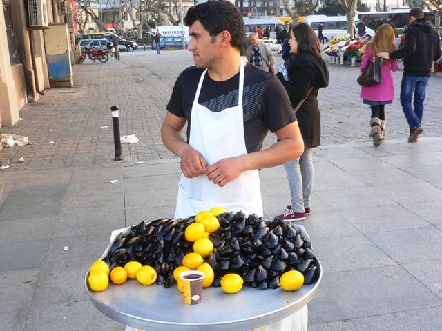 Ein Händler mit gefüllten Muscheln.