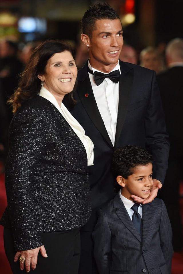 Ronaldo mit Mutter und seinem Sohn auf dem roten Teppich