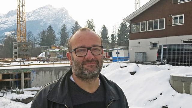 Gemeindepräsident Max Aschwanden vor der Baustelle für drei neue Mehrfamilienhäuser in Seedorf.