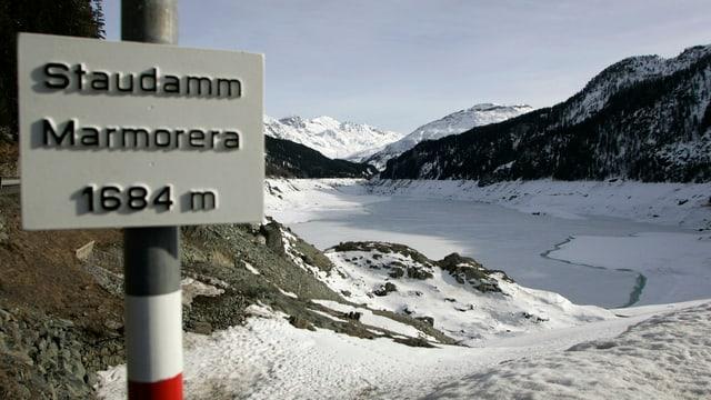 Ein Bild des Marmorera-Stausee am Julierpass.