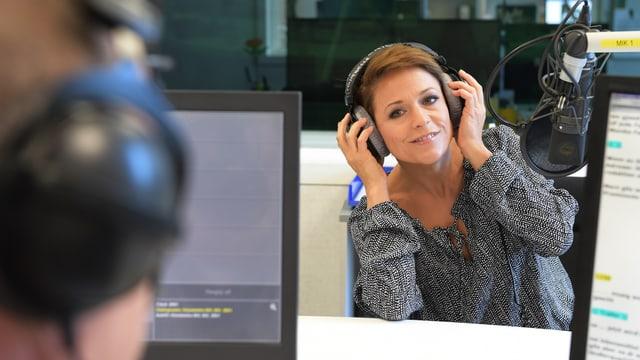Michelle richtet den Kopfhörer zurecht.