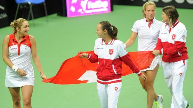 Das Schweizer Fed-Cup-Team feiert den Playoff-Sieg gegen Polen.