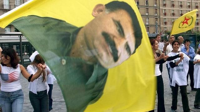 Demonstraziun a Strasburg - ils Curds protestan dapi il 1999 cunter l'arrestaziun da Abdullah Öcalan