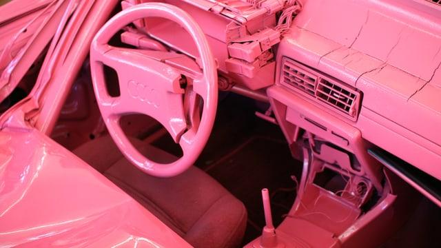 Auto von innen, ganz in Rosa gefärbt.