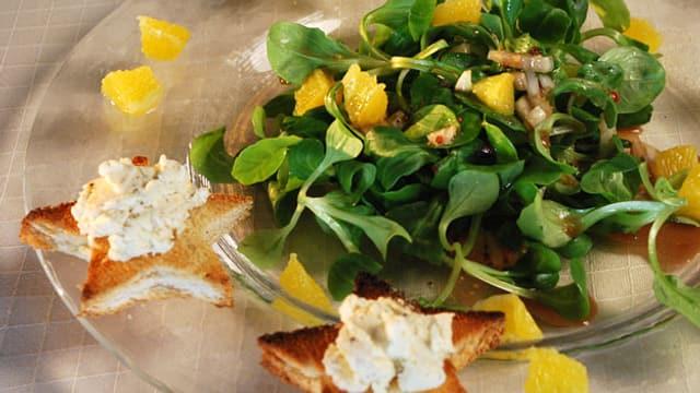 Nüsslersalat an Orangen-Honigsauce mit Ziegenfrischkäse-Toast.