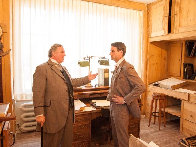 Vater und Sohn Thaler im Fabrikbüro