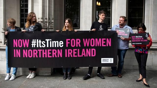 Menschenrechtsaktivisten stehen vor dem Obersten Gericht in London.