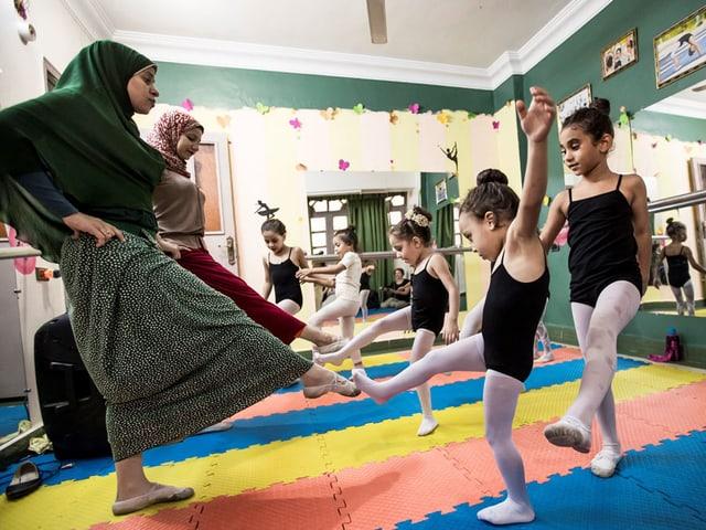 Kinder, die tanzen.