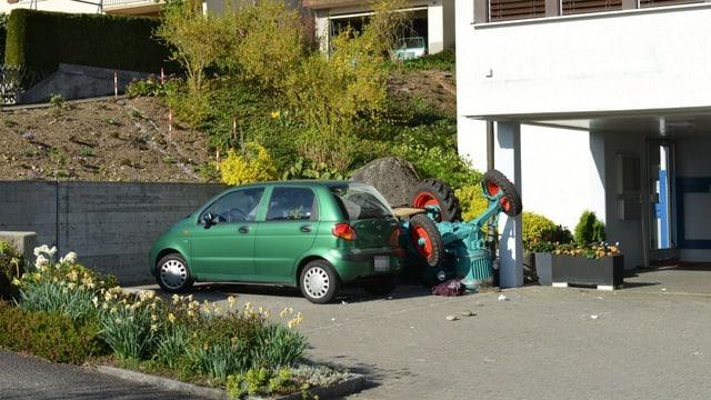Ein Parkplatz mit dem umgekippten grünen Traktor