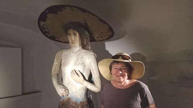 Marianne Fischbacher cun il star da l'exposiziun, la sirena da Valendau.