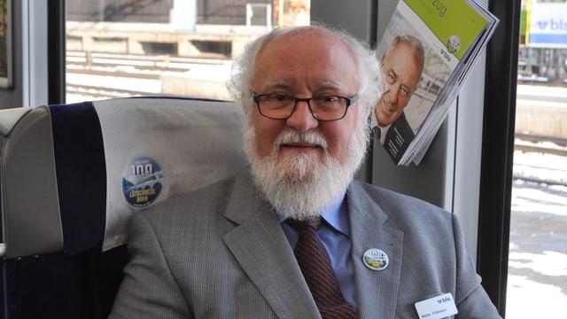 Walter Flühmann unterwegs in einem BLS-Zug.